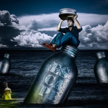 imagem de homem na garrafa no mar